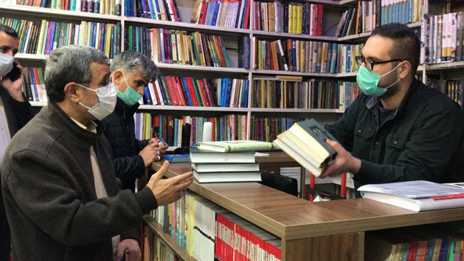احمدینژاد در کتابفروشیهای خیابان انقلاب + عکس