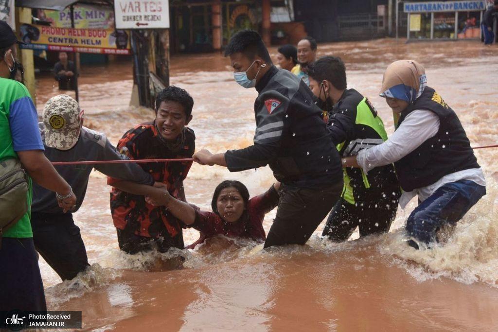نیروهای امدادی در حال امدادرسانی در اندونزی + عکس