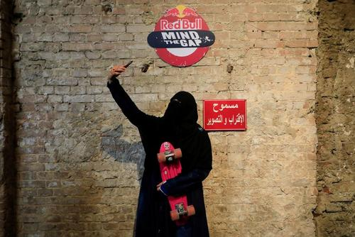 سلفی زن اسکیت بورد سوار در مصر + عکس