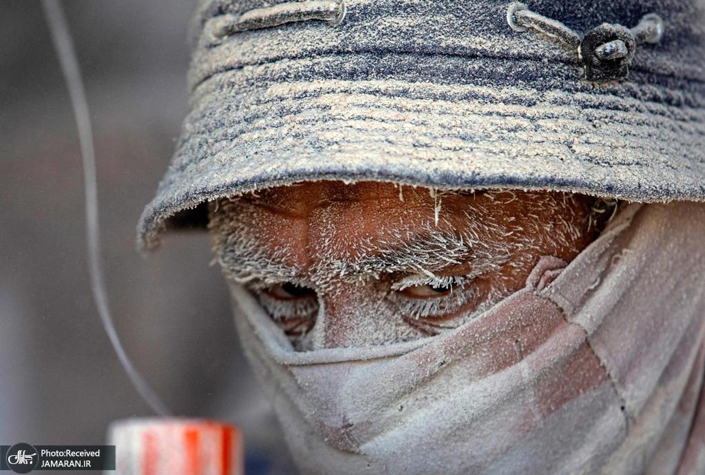 صورت پوشیده از گرد و غبار یک کارگر + عکس