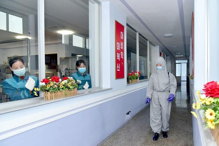 ضدعفونی کارخانه تولید آب معدنی در کره شمالی + عکس