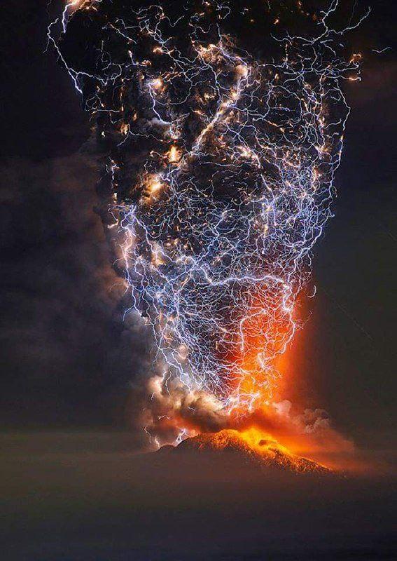 رعد و برق بر فراز یک آتشفشان در شیلی + عکس