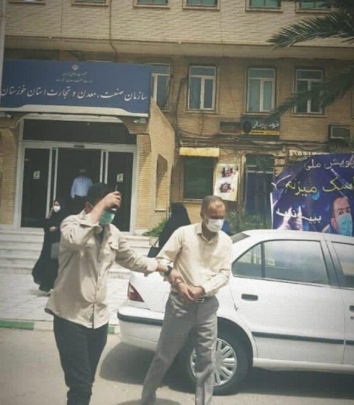 لحظه دستگیری یکی از مدیران سازمان صمت خوزستان + عکس