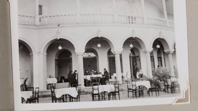 دختران قاجاری در کافه بلدیه تهران سال ۱۳۱۴ + عکس
