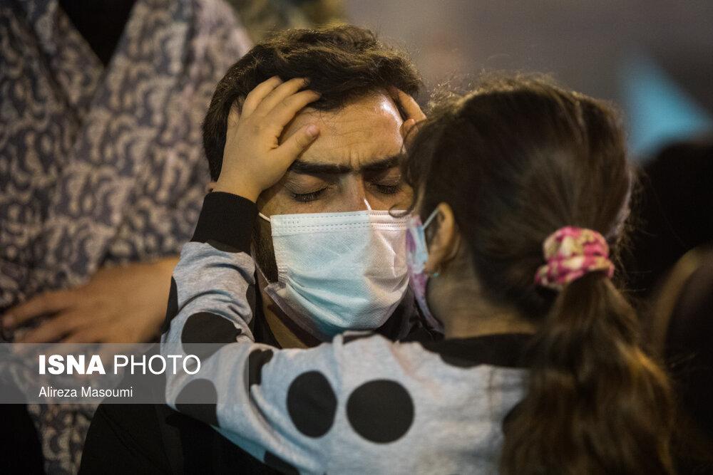 لحظه زیبای پرسش گری ضمیر پاک یک کودک از پدر در شب قدر + عکس