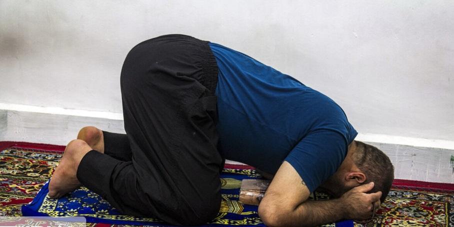 احیاء شب قدر در زندان + عکس