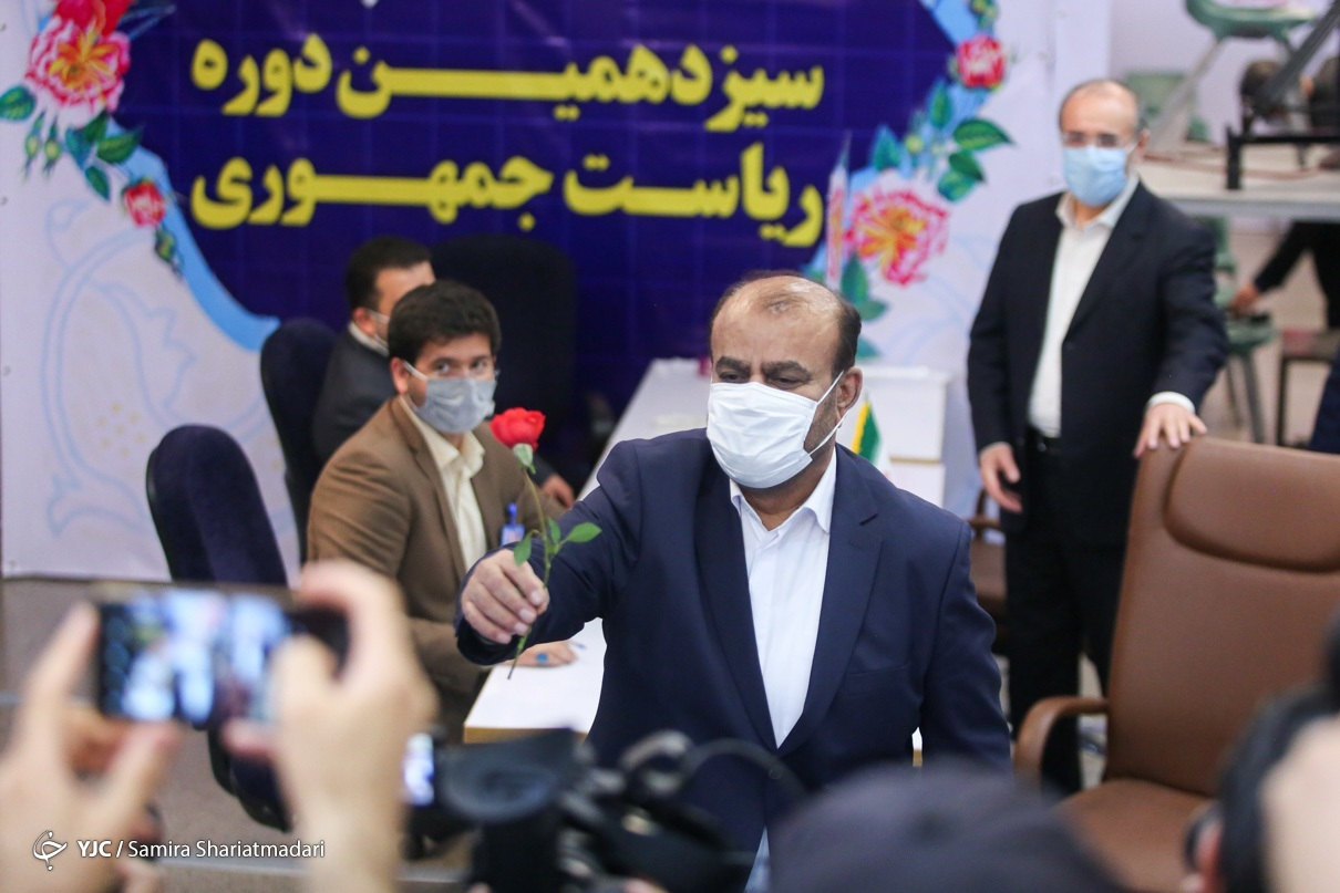 هدیه وزیر سابق نفت به مردم هنگام ثبت نام در انتخابات + عکس