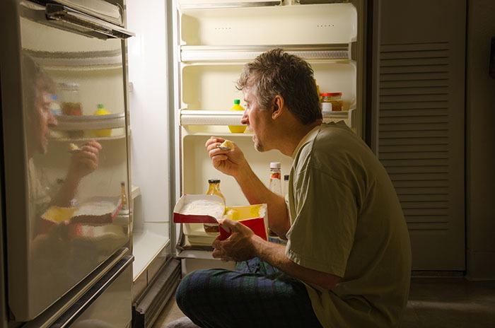 چه ساعتی از شب نباید غذا خورد