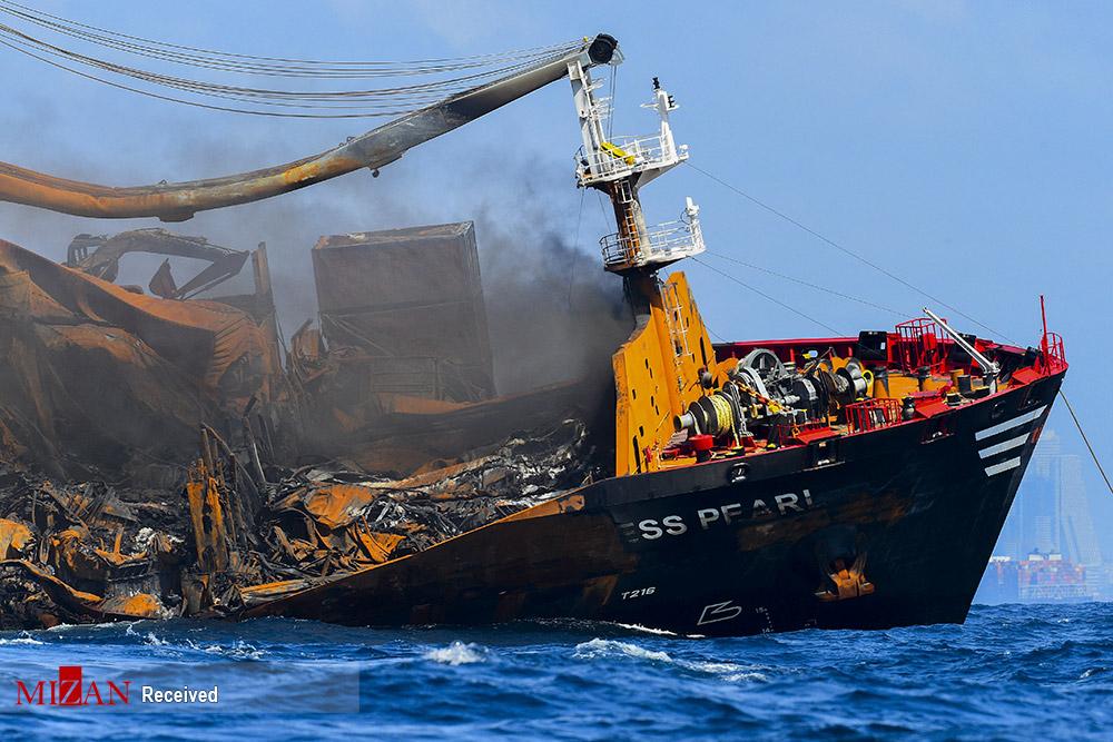 غرق شدن کشتی باری در سریلانکا + عکس