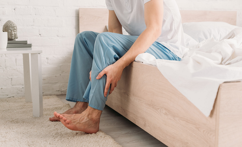 چرا پاهایتان را مدام تکان میدهید و چطور درمانش کنید؟