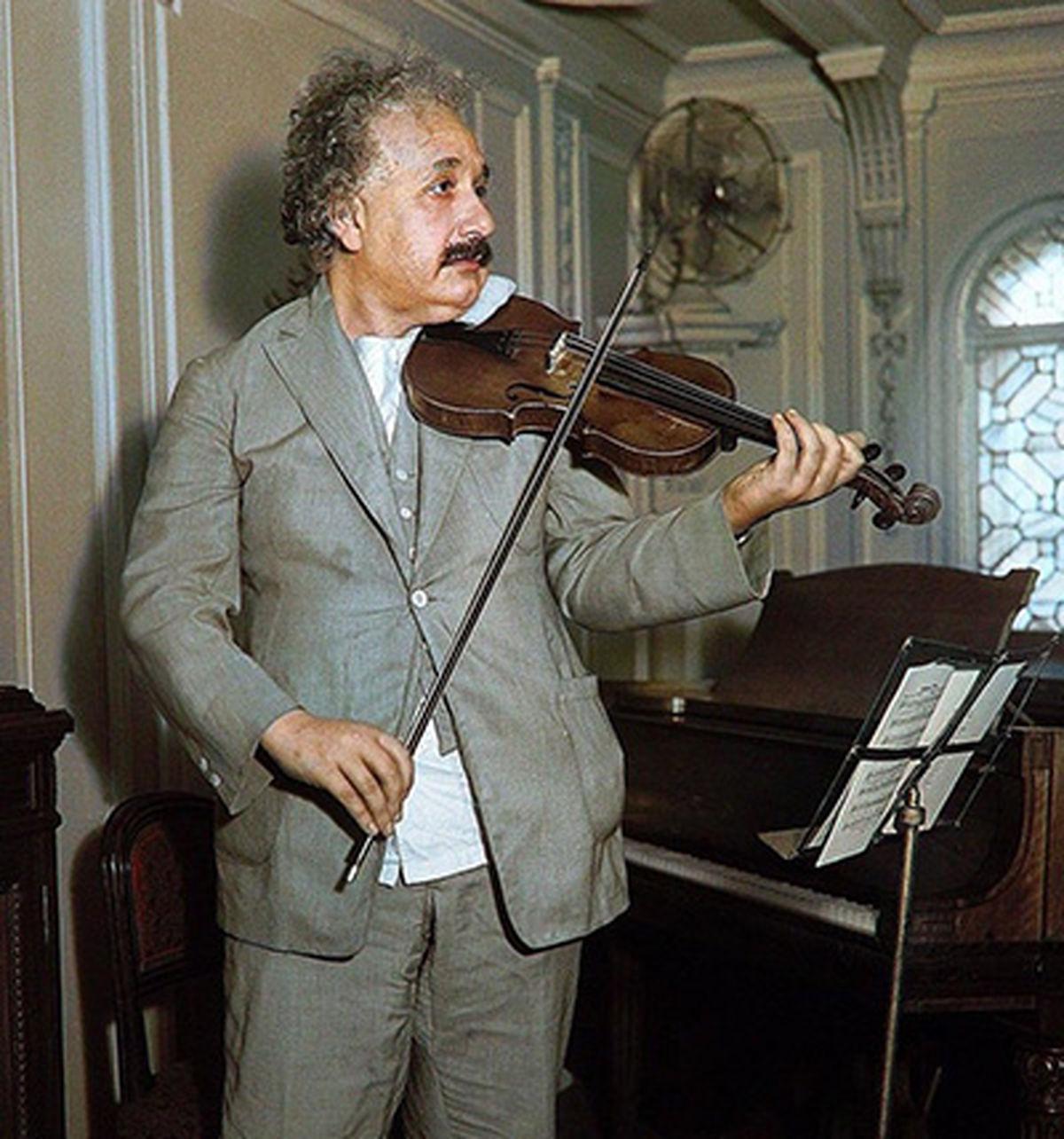 عکس دیده نشده از انیشتین در حال ویولن نوازی