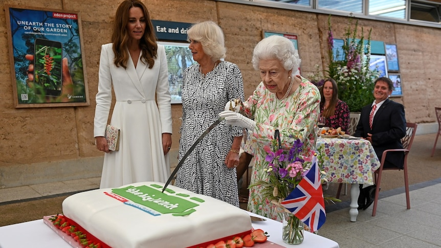 وقتی ملکه انگلیس کیک را با شمشیر برید! + عکس