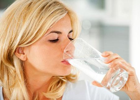 بلایی که نوشیدن آب یخ به سرتان می آورد