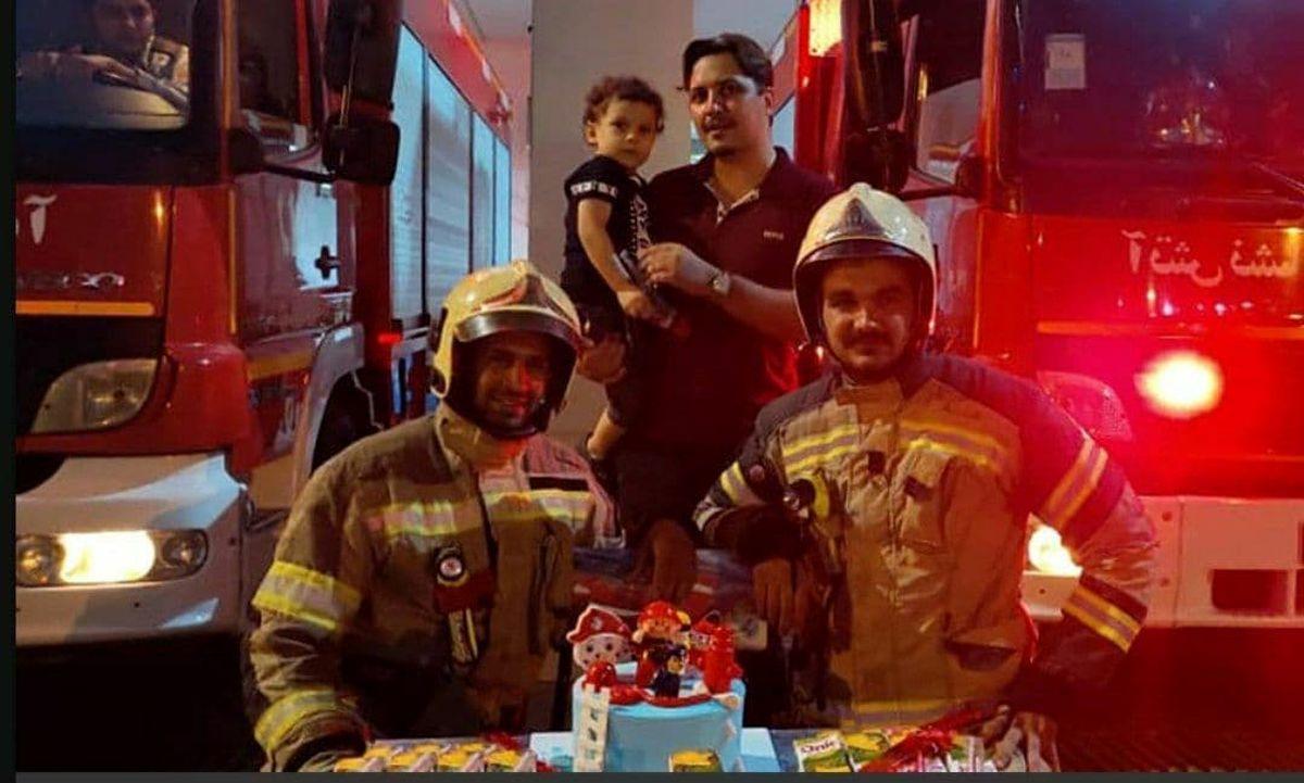 جشن تولد کودک وحشت زده تهرانی در آتش نشانی +عکس