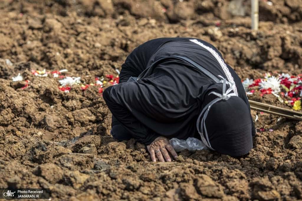صحنه ای ناراحت کننده از عزاداری در گورستان برای قربانی کرونا + عکس