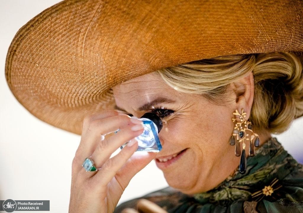 ملکه هلند در حال نگاه کردن به یک میکرو تراشه + عکس