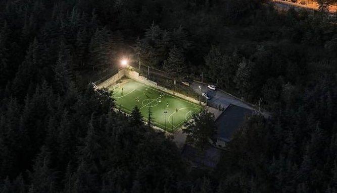 زمین فوتبال در میان درختان + عکس
