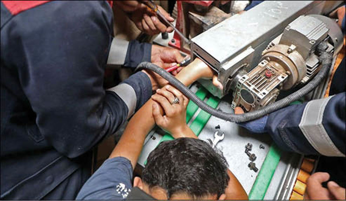 تصویر وحشتناک از گیر کردن دست نوجوان در نوار زن MDF