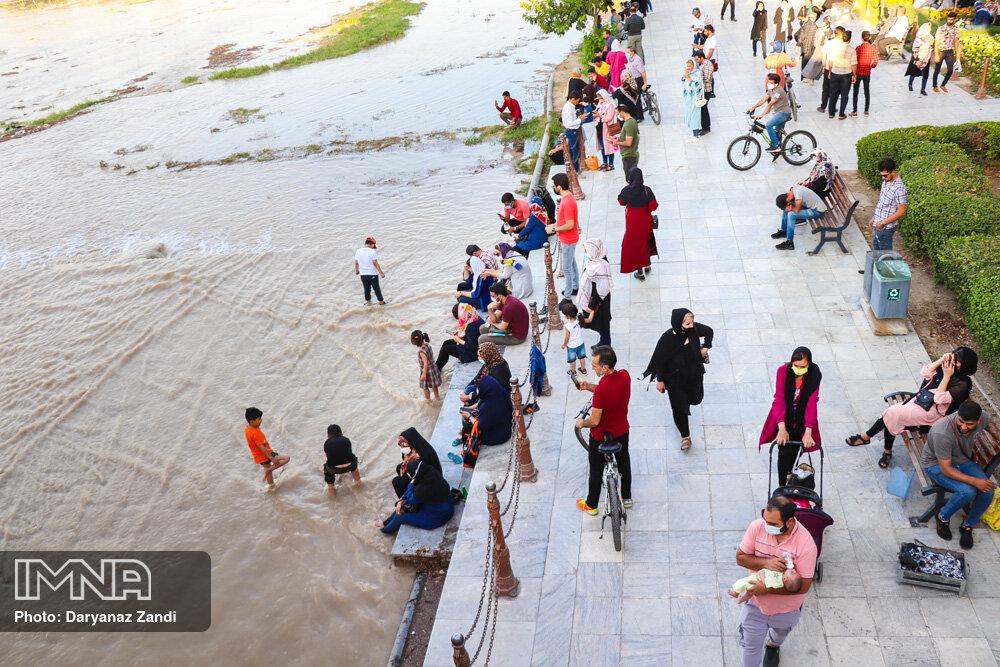 مردم اصفهان نظاره گر زنده شدن زاینده رود + عکس