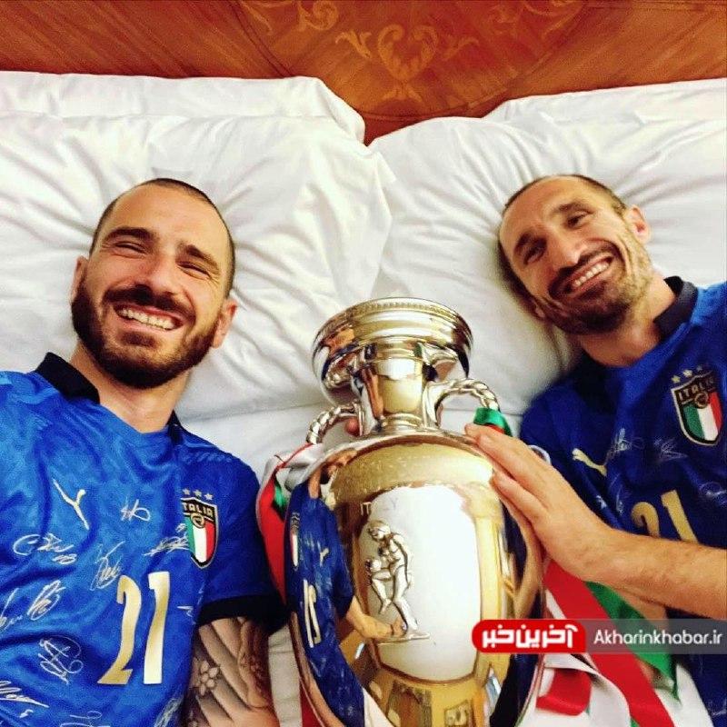 یادگاری دو مدافع ایتالیا با جام قهرمانی یورو 2020 + عکس