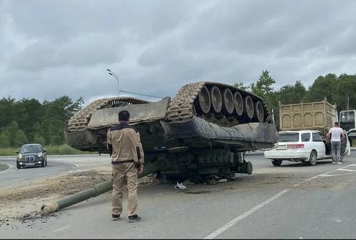 تانکی که روی خودرو سواری واژگون شد + عکس