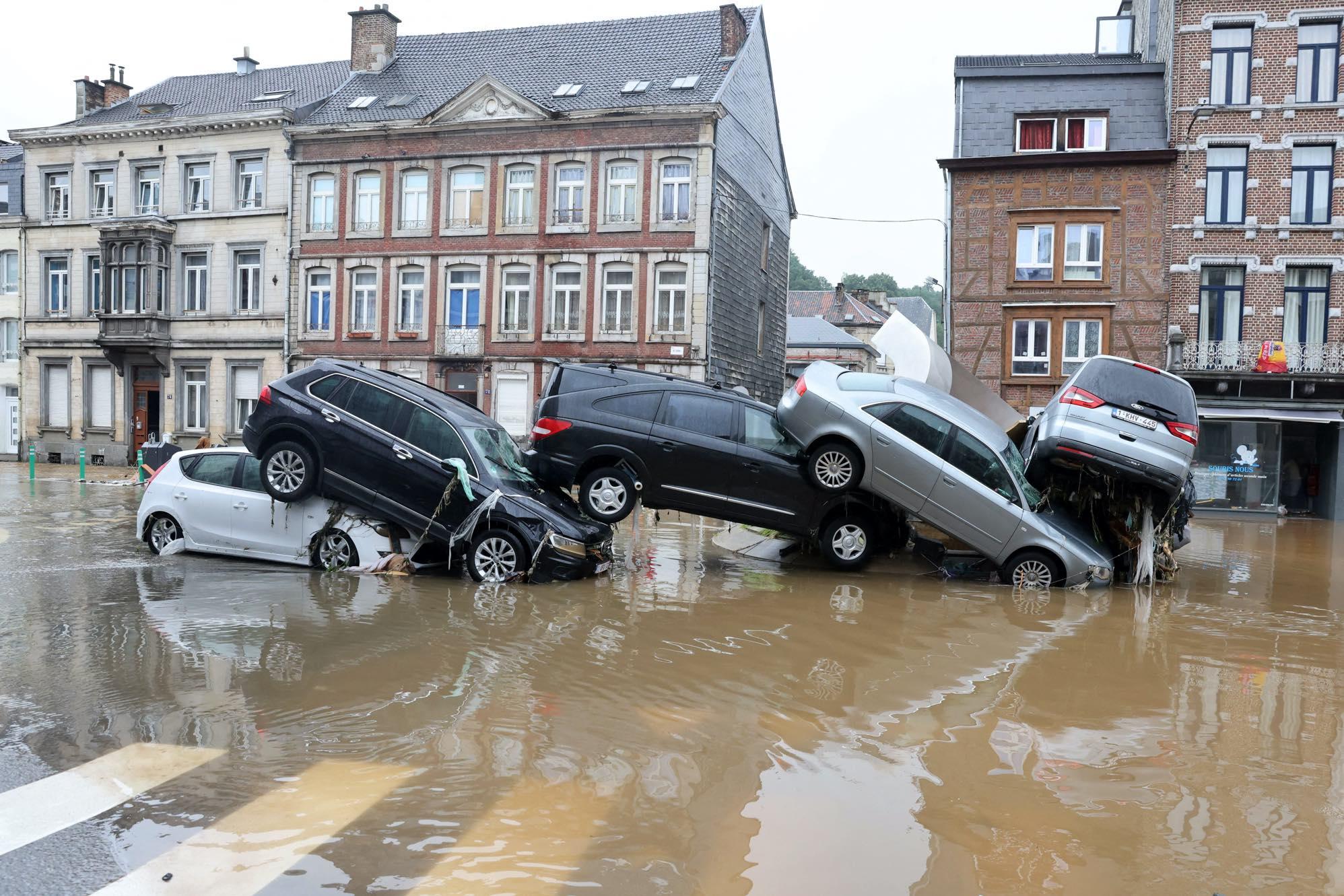 سیل در اروپا خودروها را با خود برد! + عکس