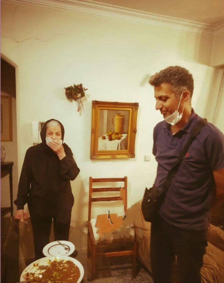 حضور عادل فردوسی پور در منزل مادر مرحوم حمیدرضا صدر + عکس