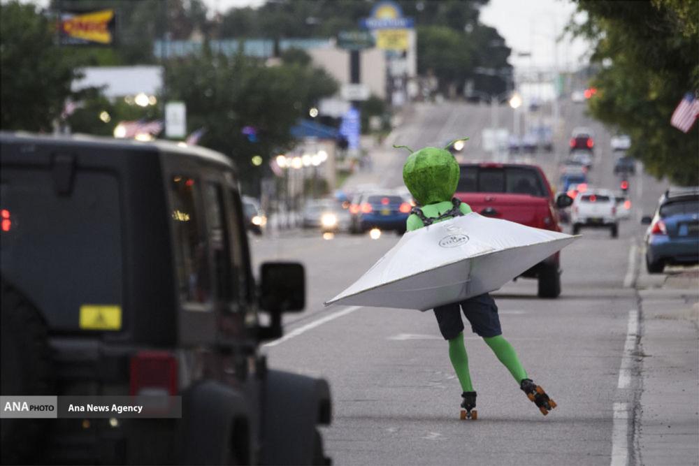 اسکیت سواری با لباس فرا زمینی ها + عکس