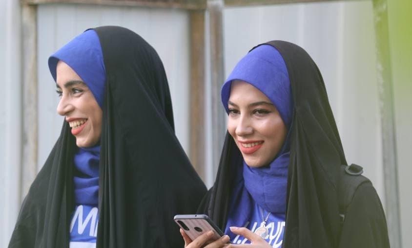 حضور بانوان محجبه آبی پوش در تمرین استقلال + تصاویر