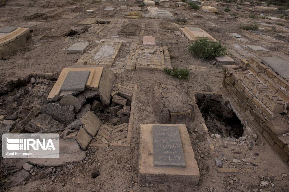 مصرف بیرویه آب و ریزش قبرها در یک آرامستان+ عکس