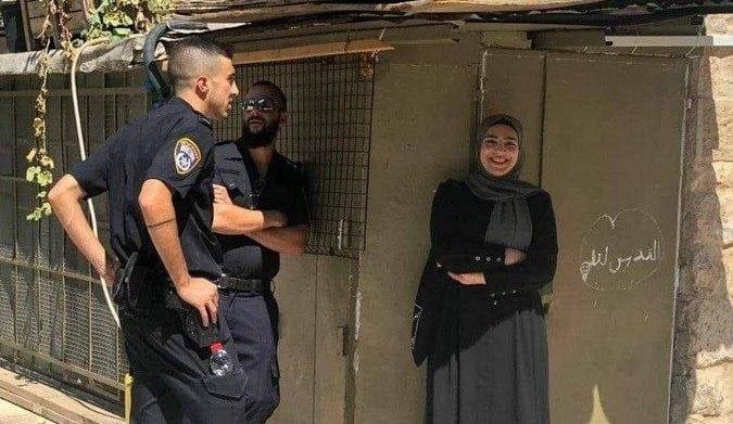 لبخند دختر فلسطینی پس از بازداشت توسط نیروهای امنیتی رژیم صهیونیستی + عکس