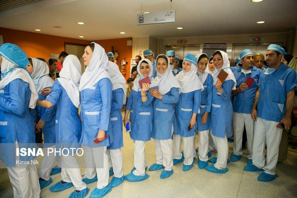 پرستاران خانم یک بیمارستان پای صندوق رای + عکس