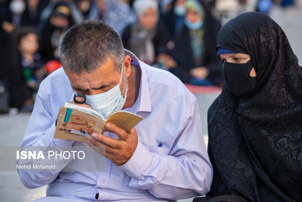 تلاش برای خواندن محتوای والای دعای عرفه با ذره بین! + عکس