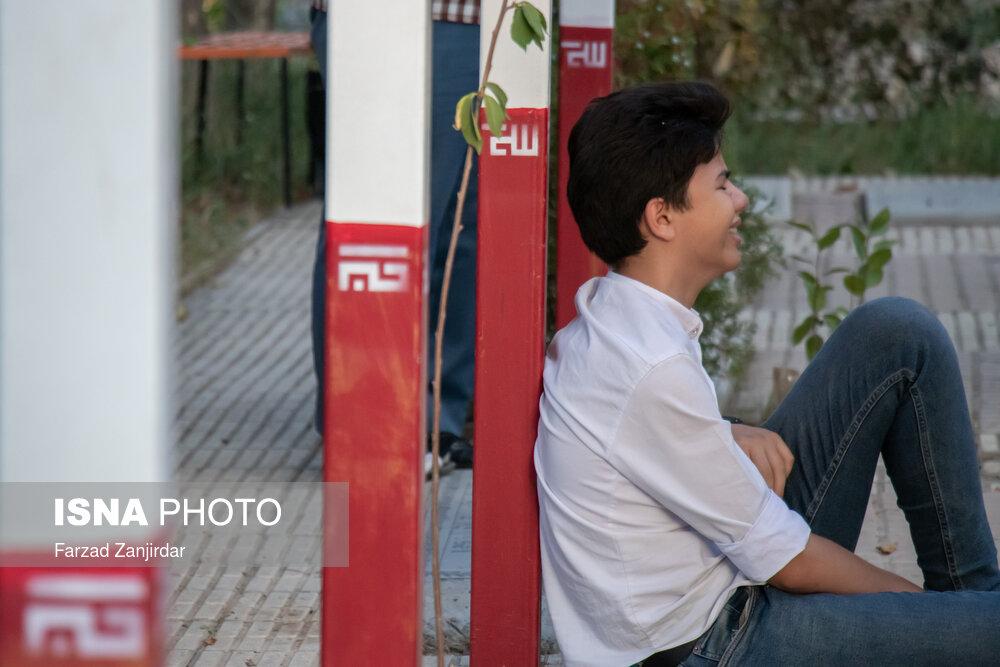مراسم عرفه در تبریز و اراک؛ گریه های یک جوان در روز دعا + عکس