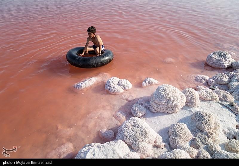 قرمز شدن رنگ آب دریاچه ارومیه + عکس