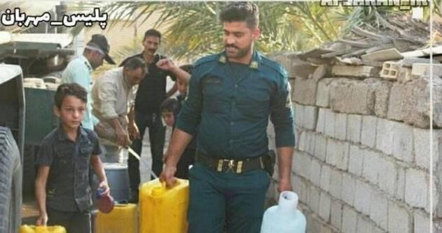 کمک رسانی نیروهای انتظامی در آبرسانی به روستاهای خوزستان + عکس