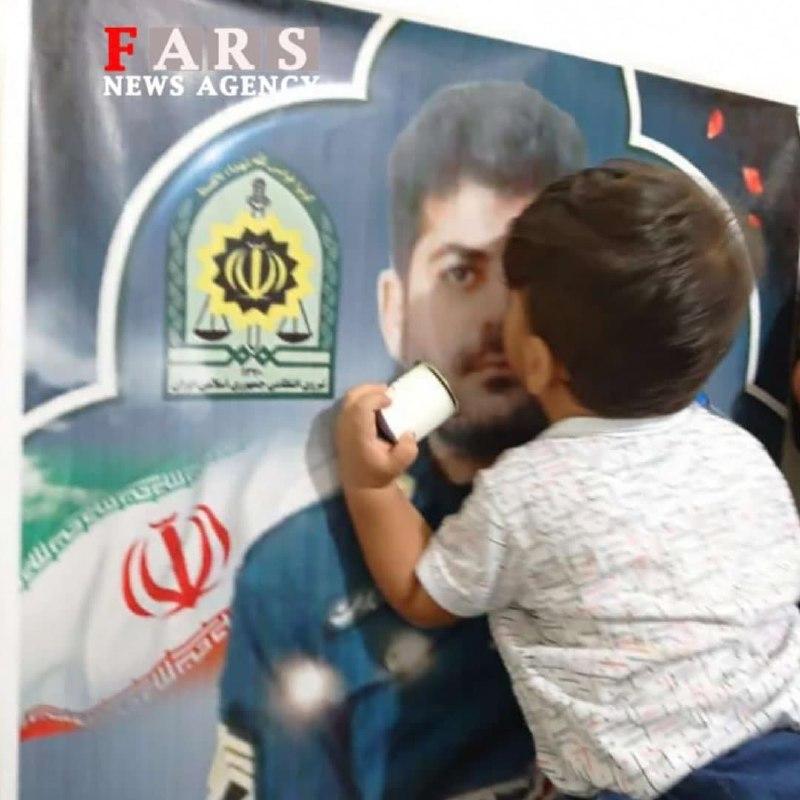 بوسه فرزند شهید «ضرغام پرست» بر عکس پدر + عکس