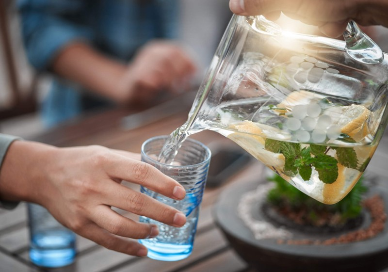 در روزهای گرم تابستان روزانه چند لیوان آب بخوریم