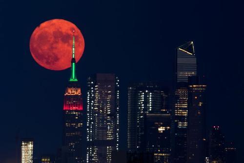 تصویری زیبا از قرص کامل ماه در شهر نیویورک آمریکا + عکس