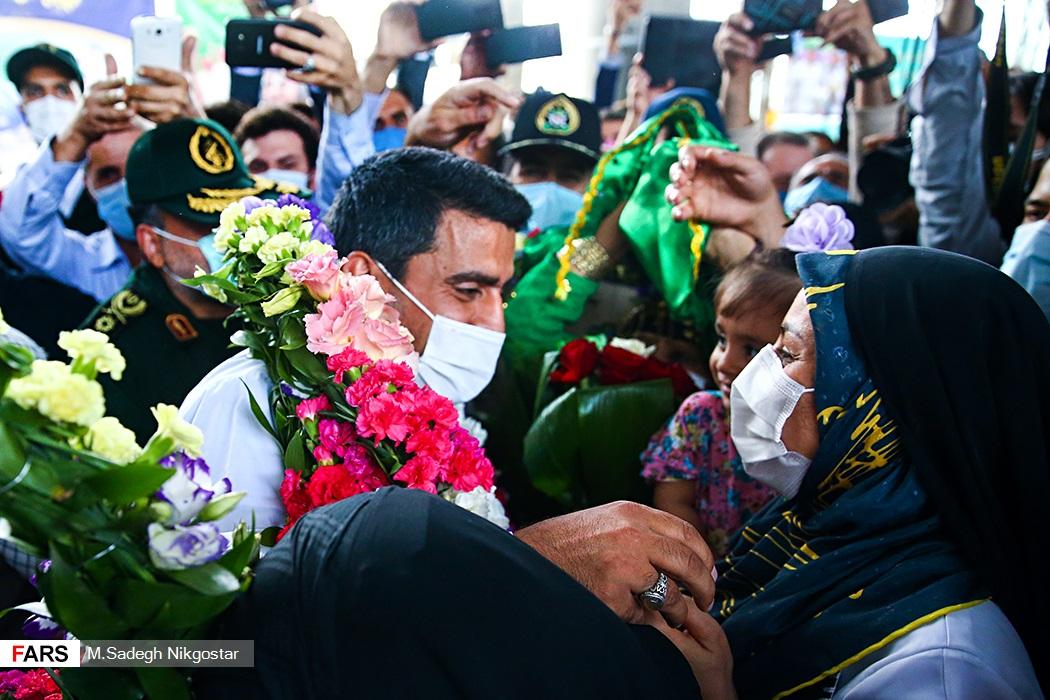 استقبال از جواد فروغی توسط همسرش در فرودگاه + عکس