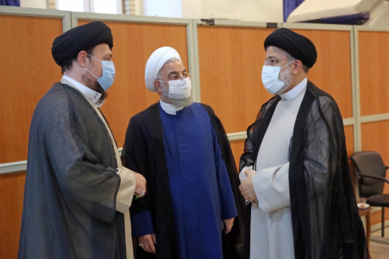 خوش و بش رئیسی و روحانی در مراسم تنفیذ + عکس