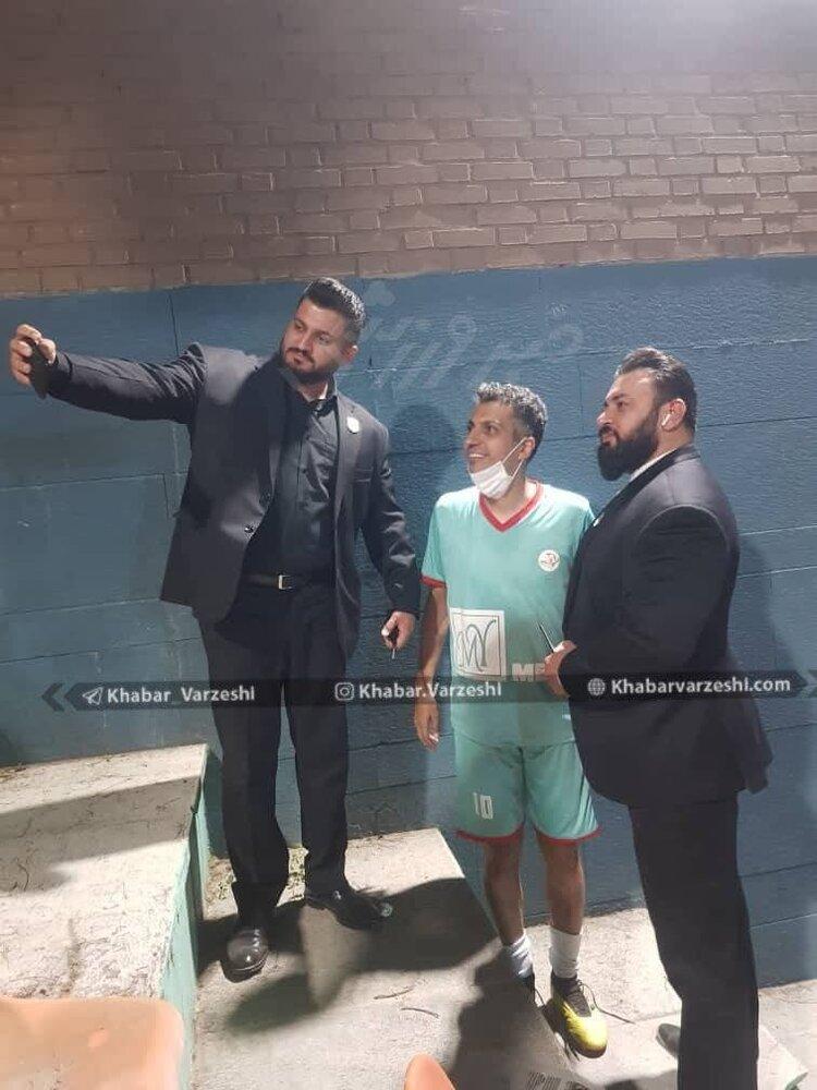 تصویری از عادل فردوسیپور در کنار دو بادیگارد + عکس