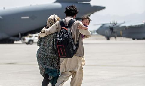 خروج یک خانواده افغان با هواپیماهای ترابری نظامی از کابل + عکس