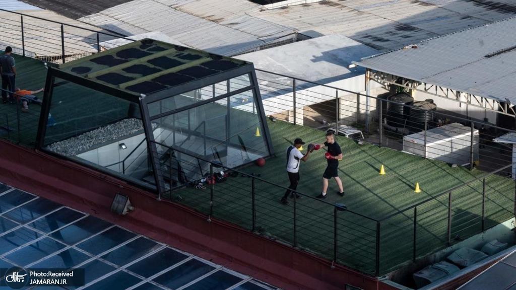 تمرین بوکس در پشت بام یک باشگاه بدنسازی در ونزوئلا + عکس