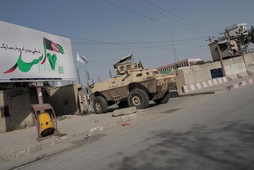 گشتزنی طالبان با خودروهای زرهی آمریکایی در کابل + عکس