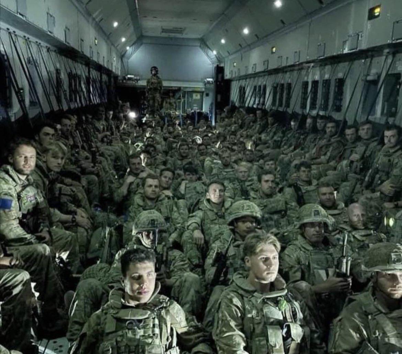 لحظه خروج آخرین سربازان انگلیسی از افغانستان + عکس