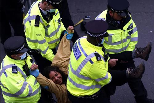 خنده عجیب یک فعال محیط زیست در حین دستگیری! + عکس