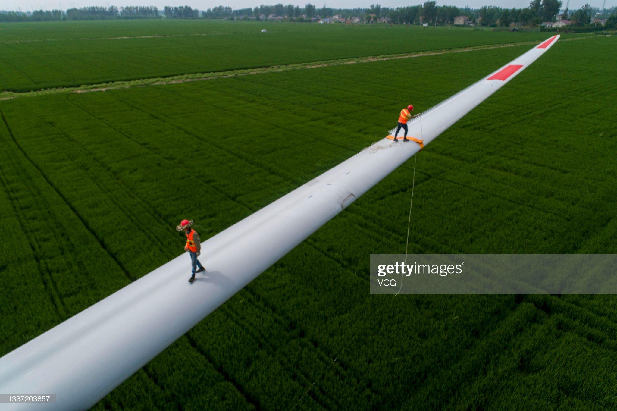 قدم زدن روی پرههای توربین بادی! + عکس