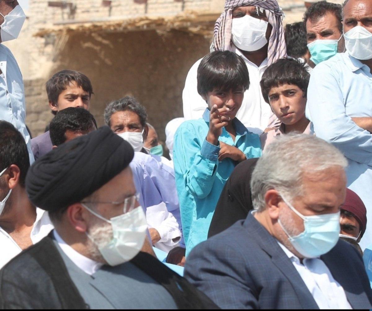تصویری جالب در حاشیه حضور رییس جمهور در سیستان و بلوچستان + عکس