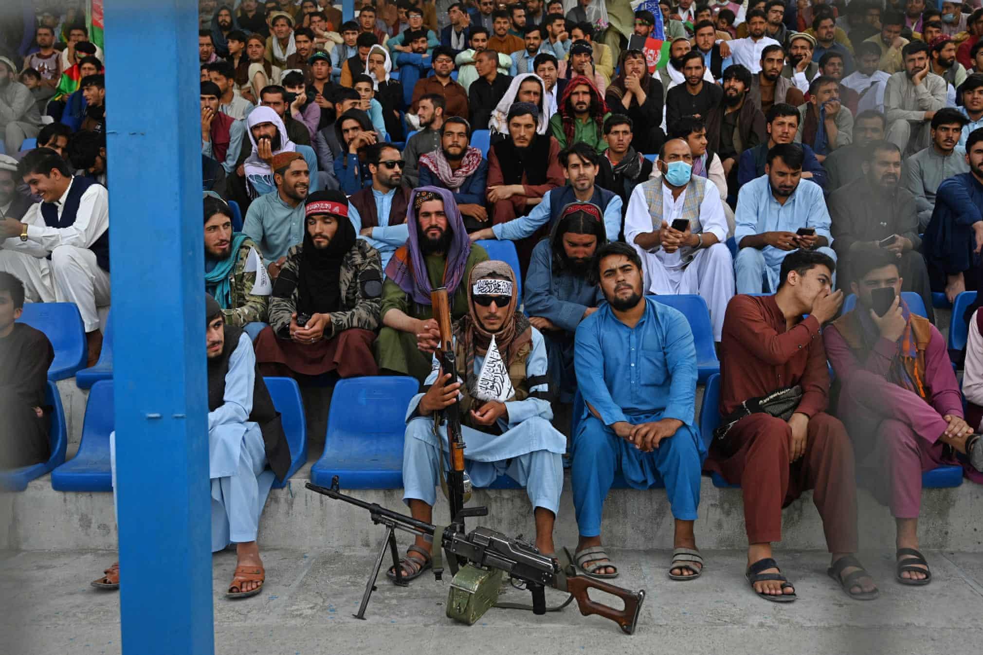 شبه نظامیان طالبان در حال تماشای مسابقه کریکت + عکس